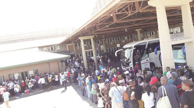 Zimbabwean's flocking Beitbridge border post going back to South Africa after the festive holidays